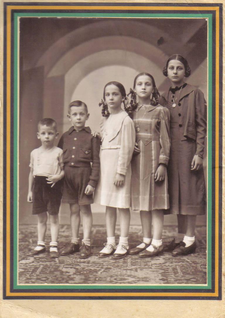 l'àvia és la més gran, Maria de las Mercedes és la noia del mig, i la tia Lola la del centre de la foto