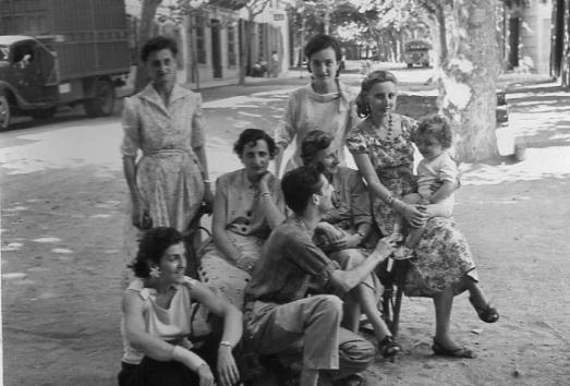 De peu, la tieta Pilarín (a l'esquerra) i la tieta monja a la dreta. A baix, sembla que són les 3 filles i el fill d'en Salomón.